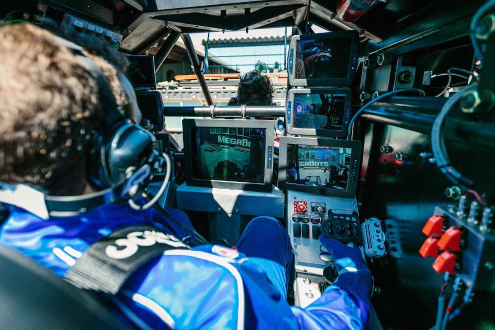 8. Кабина пилота робота снаружи.