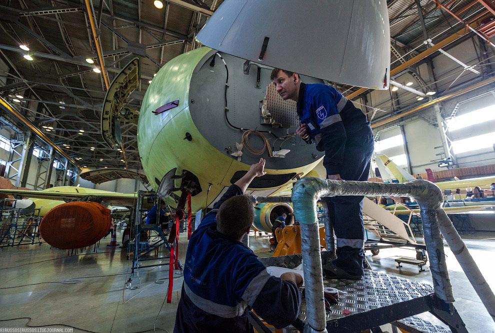 На шестом участке монтируют двигатели и ставят самолет под ток. В зимнее время на этот участо