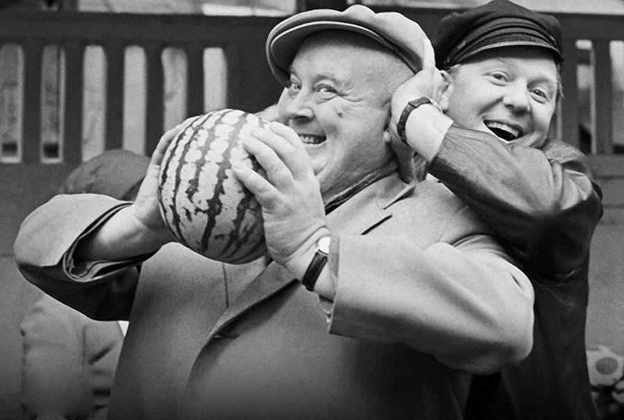 3. Олег Попов и Евгений Моргунов покупают арбуз, 1968 г. Фото Вячеслава Ун Дасина.