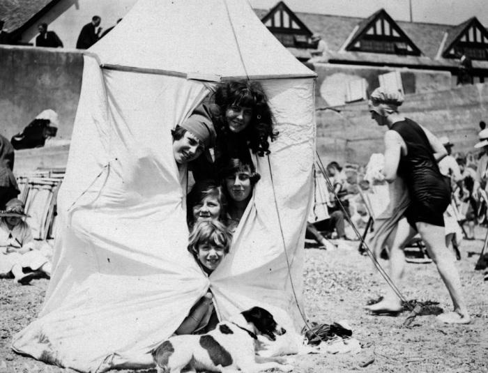 В начале XX века не было надувных матрасов, нарукавников и плавательных кругов. Поэтому дети