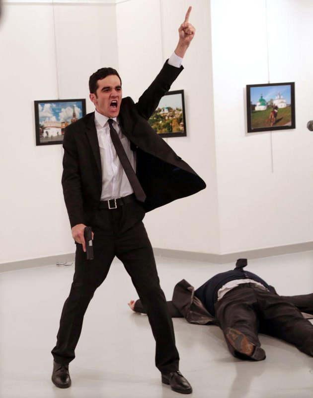 Мевлют Мерт Алтынташ кричит после убийства российского посла Андрея Карлова в картинной галерее в Ан