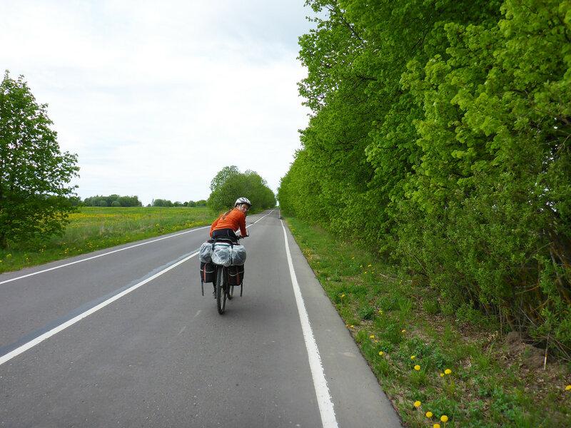 на велосипеде по шоссе вдоль озера череменецкого
