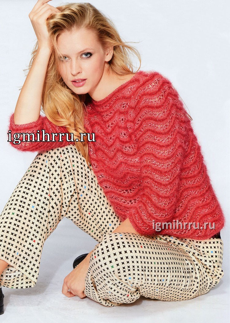 Эффектный красный пуловер с волнообразным узором. Вязание спицами