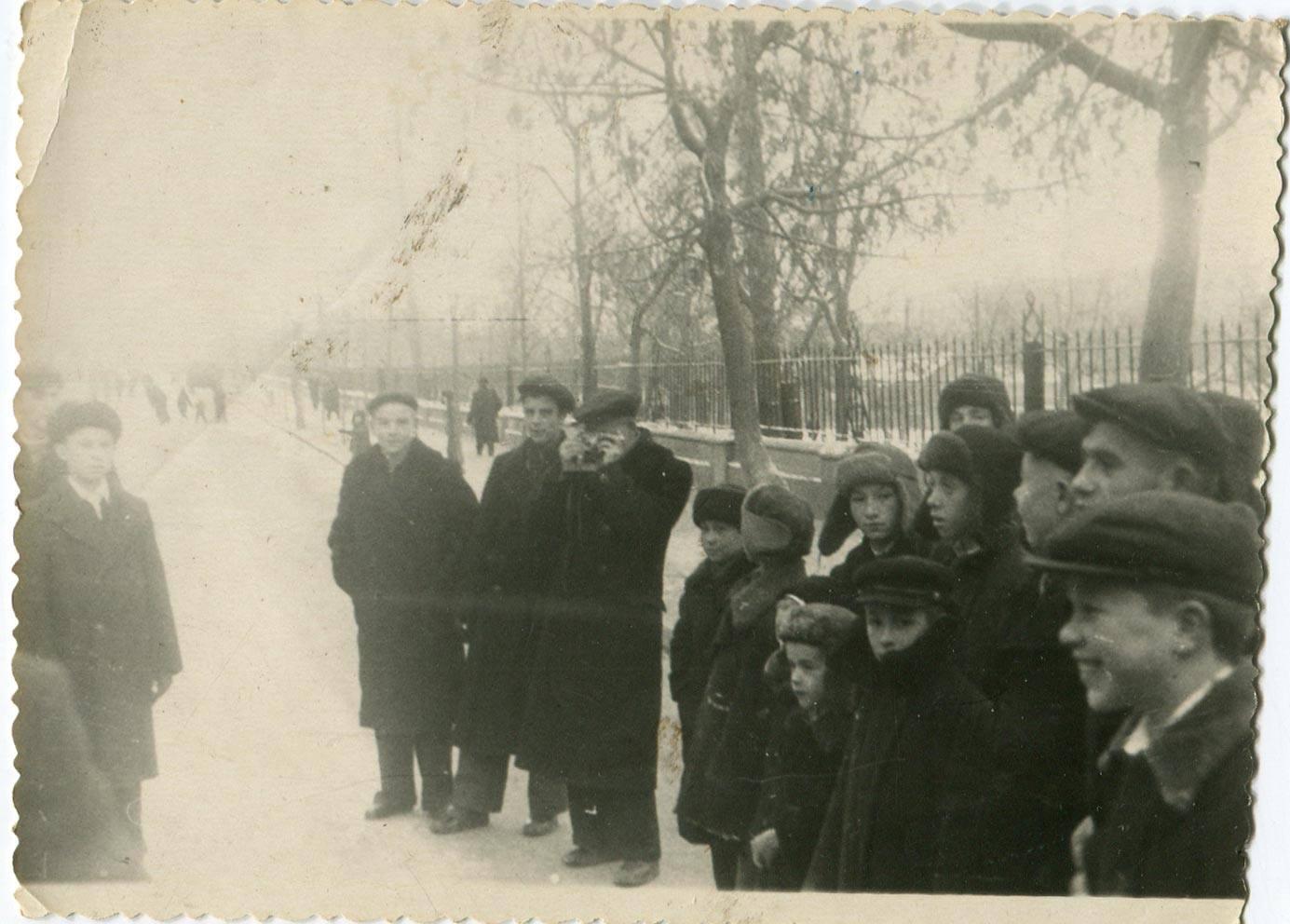 1952. Ребята собрались на демонстрацию. Черное озеро. 7 ноября