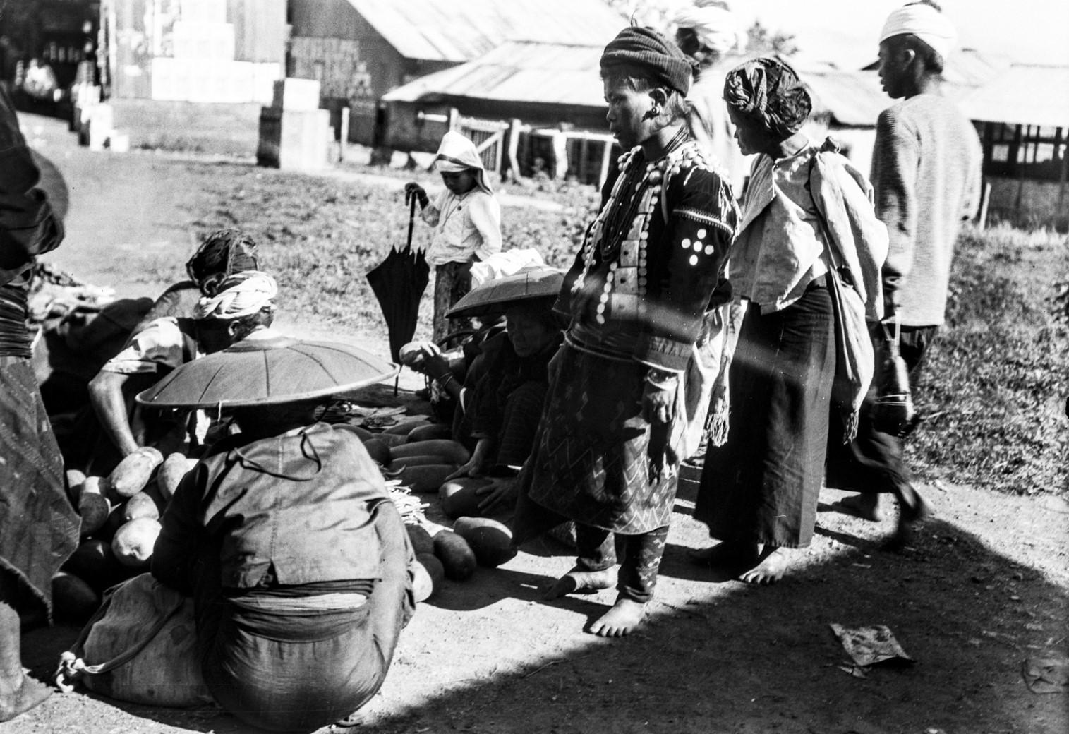 1108. Женщины народности качин во время покупок
