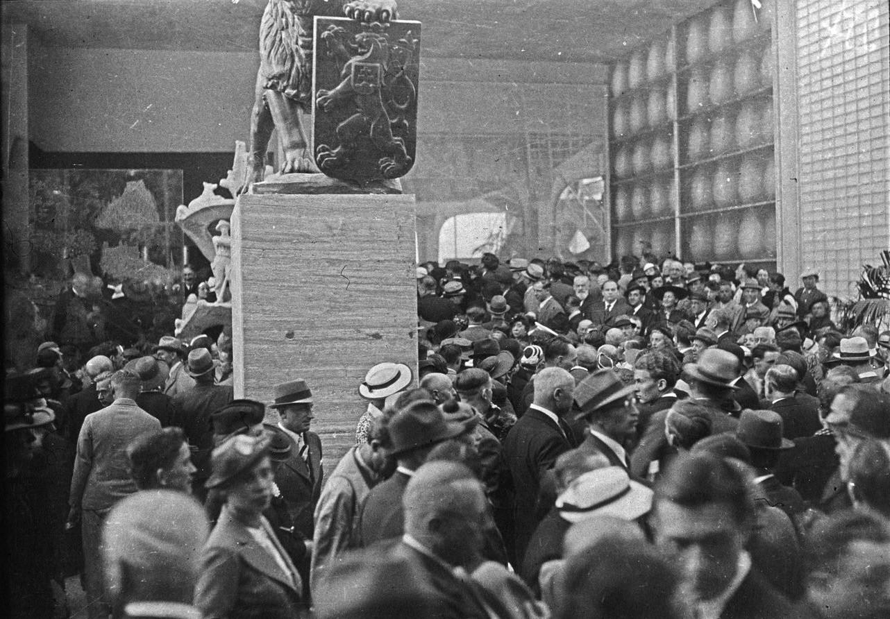 Толпы посетителей в день открытия павильона Великобритании (20 июня 1937 года))