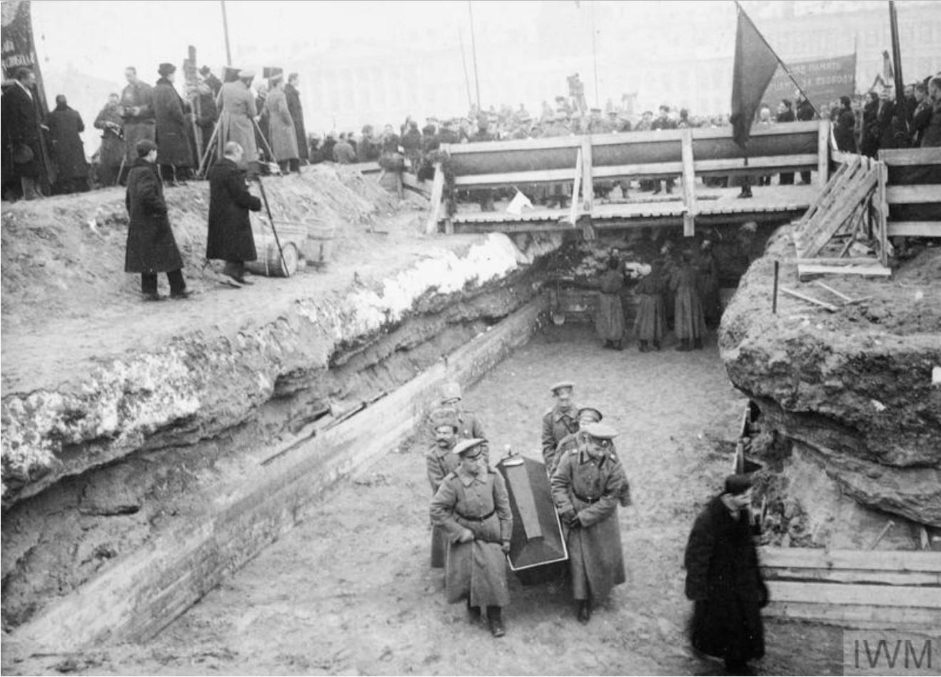 Похороны жертв Февральской революции. Гробы революционеров, погибших в боях в Царском Селе, доставляются для захоронения в Петроград