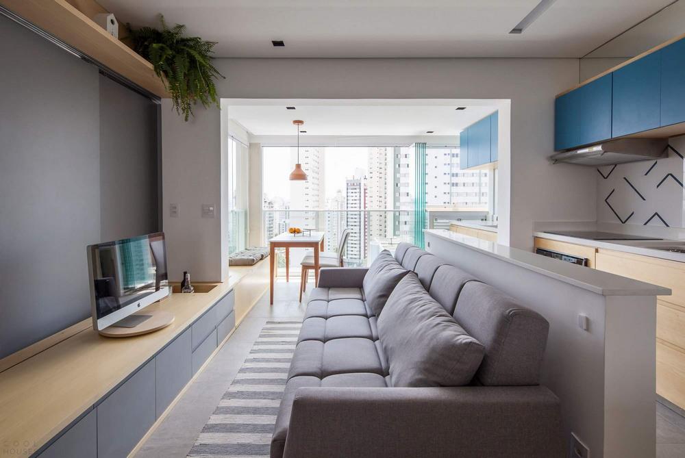 Реконструкция квартиры площадью всего 38 квадратных метров квартиры, часть, пространство, небольшой, приватную, мебель, вдоль, гостиной, которой, выполнена, стена, стоит, серый, размерах, Самой, обеденный, расположен, панорамного, большого, монитор
