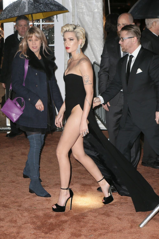 Холзи в сексуальном платье