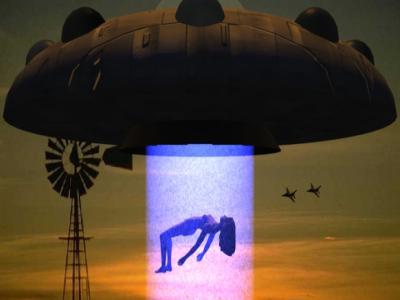 Открытки с Всемирным днём НЛО. Тело девушки возносится в корабль!