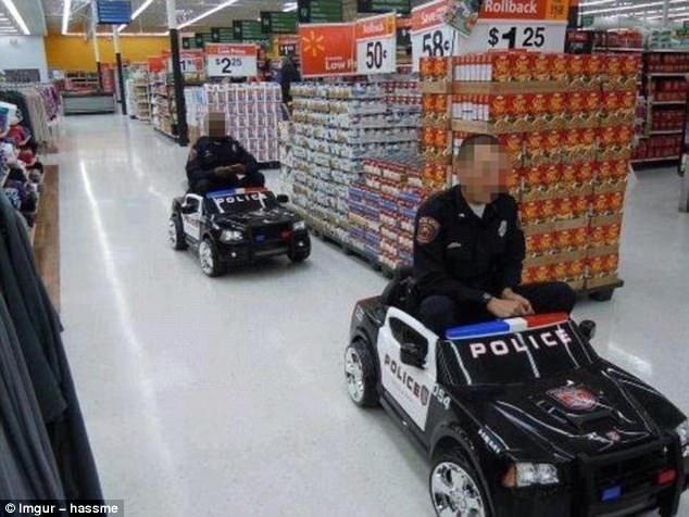Охранники супермаркета веселятся.