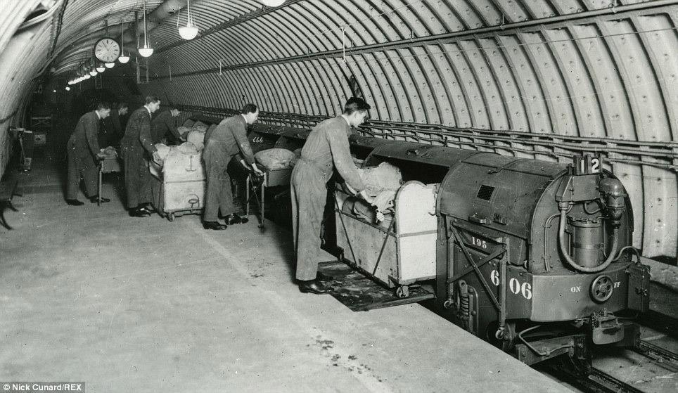 4. В 1925 году работы в туннелях возобновились, началась укладка путей и установка всего необхо