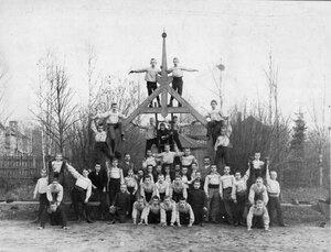 Пирамида выполненная детьми, учащимися в секциях при гимнастическом обществе Пальма
