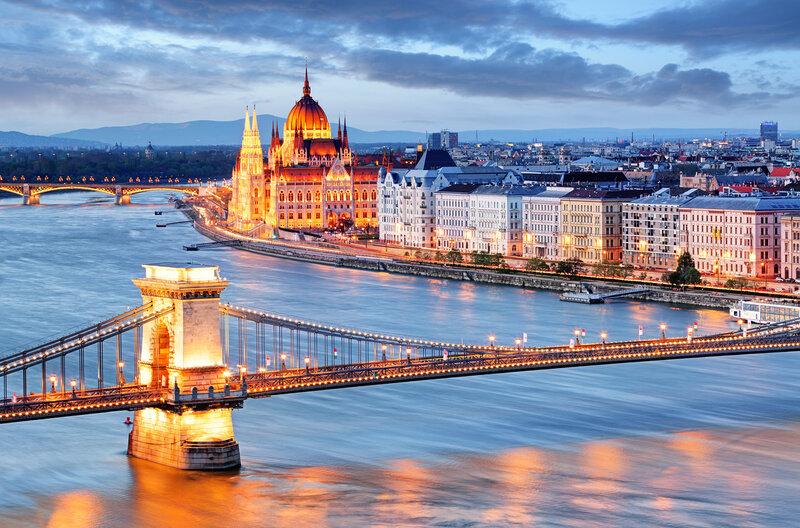 Венгрия, Будапешт, Дунай, цепной мост и парламент вечером