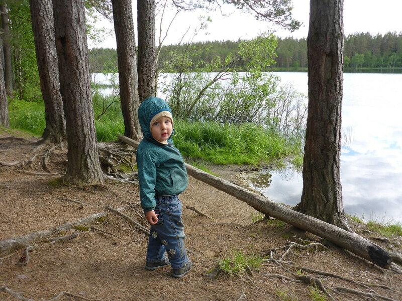 ребенок на берегу озера червоного в пос ольшаники
