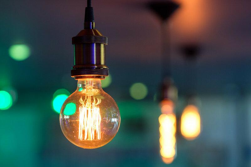 лампа накаливания на фоне ламп накаливания