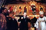 Губернатор Калининградской области Леонид Горбенко поздравляет прихожан собора.