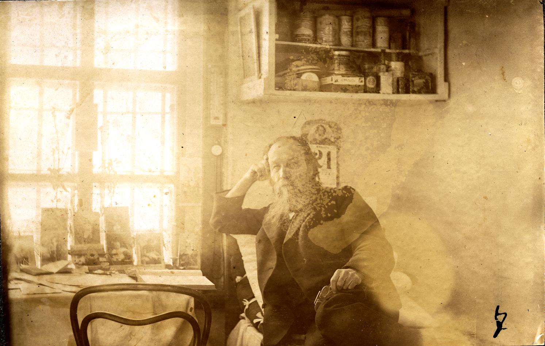 05. Неизвестный каторжанин в жилой комнате