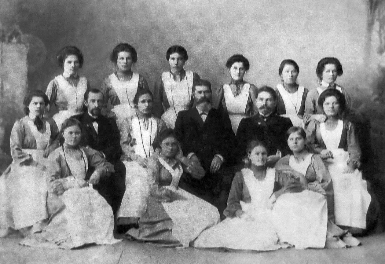 Архангельская городская больница. Врачи и ученицы 2-го курса фельдшеров. 1906
