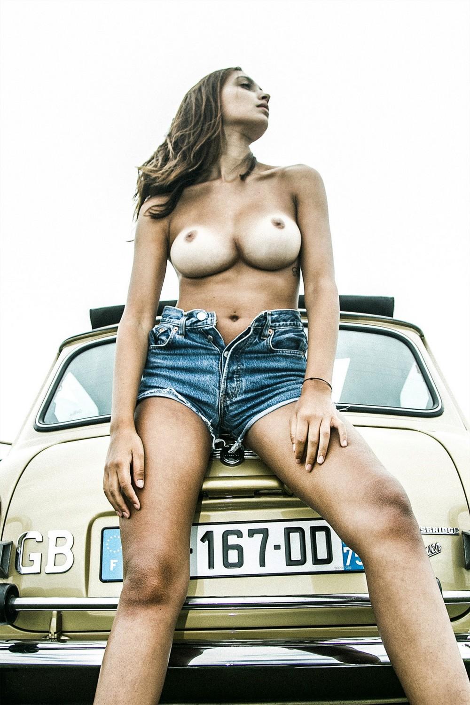 Жозефин Лекар в фотосессии топлес