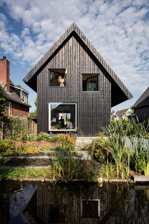 Чёрный деревянный дом в Амстердаме старого, применена, чёрный, повторно, плиты, вторично, кровельные, использованы, пригодилась, черепица, сарае, новом, материалов, архетипа, самым, сформировав, выкрашено, которое, скульптурную, композицию