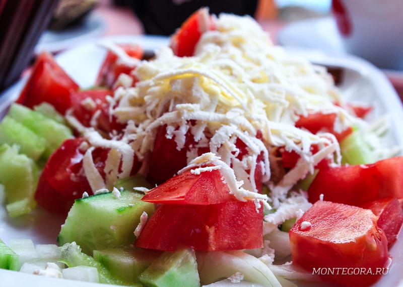 Шопский салат - один из самых популярных салатов на Балканах