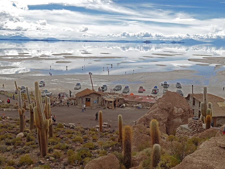 2. В центре солончака находится остров Инкауаси — холм, на котором можно неплохо отдохнуть.