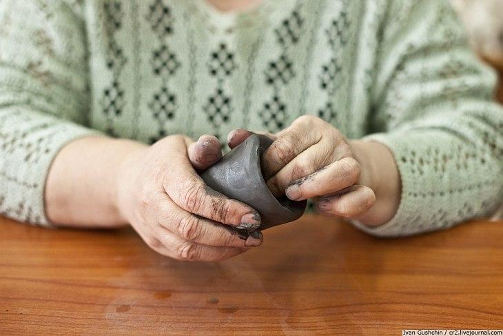 Елена Ивановна лепит заготовки игрушек из глины, Константин Николаевич занимается росписью уже