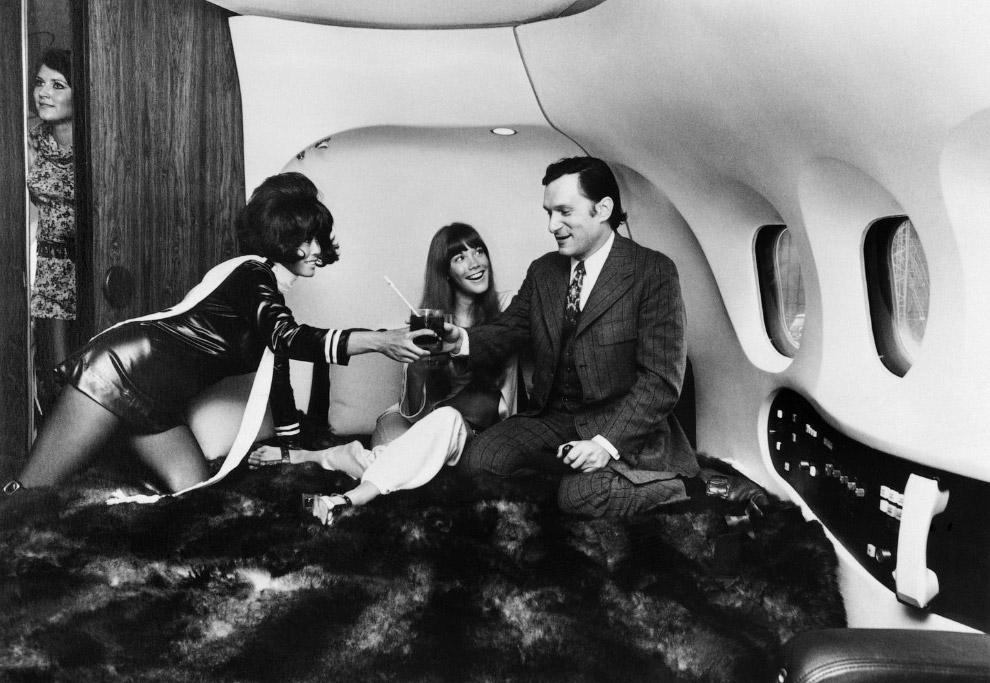 13. Хью Хефнер вместе с Хизер Уэйт и Ричардом Доусоном в телешоу Playboy's Roller Disco & Pajama Par