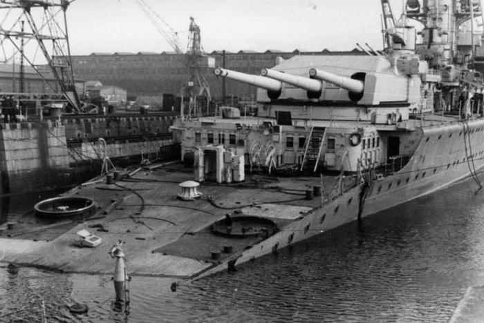 Немецкий тяжёлый крейсер «Лютцов» (Lutzow) в доке после торпедирования британской подводной лодкой «