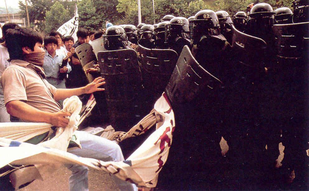 Этому предшествовали крупнейшие студенческие волнения в июне 1987 года, настоящий «сеульский майдан»