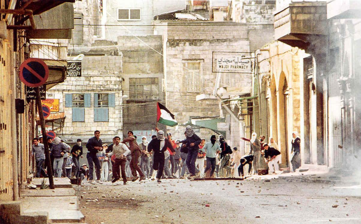 В декабре 1987-го в Палестине началась Интифада, война камней.   1987 год многим памятен событи