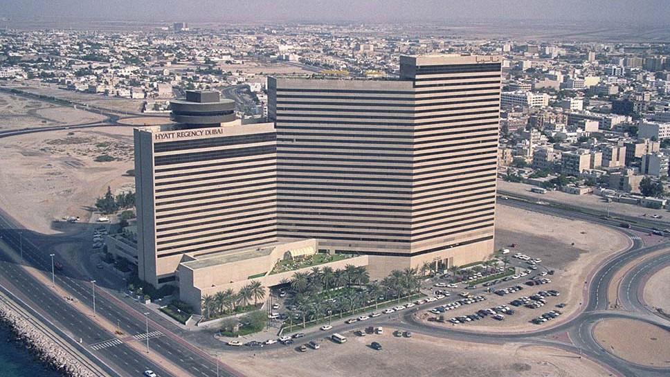 Роскошный отель Hyatt Regency в Дубае вскоре после открытия в декабре 1987 года. На тот момент счита