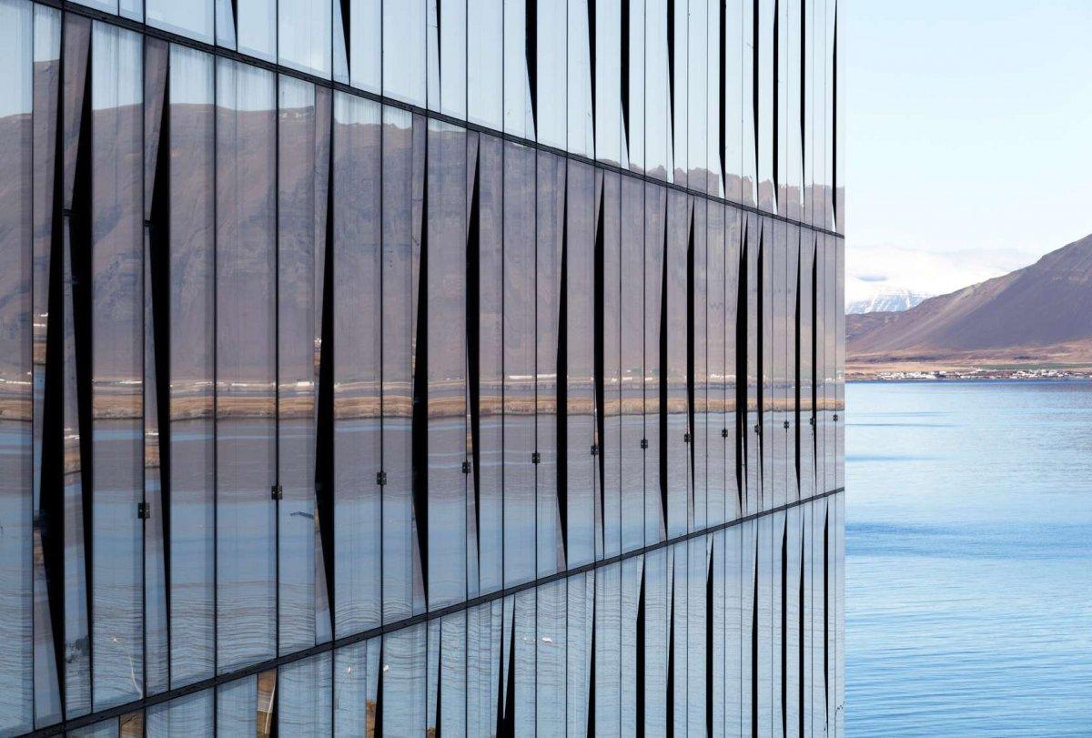 Некоторые здания сливаются с пейзажем. Например, Turninn в Рейкьявике отражает дикую красоту Исланди
