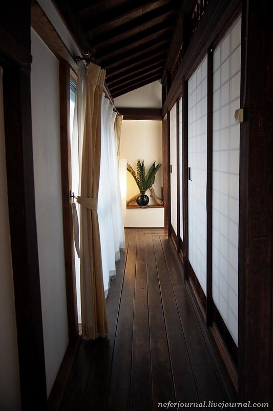 Коридор по периметру дома в теплое время года объединяется с садом. Стены просто сдвигаются, заодно