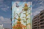 Муралист Мона Карон продолжила свою всемирную серию сорняков, это красочные изображения скромных растений, растущих «до неба» на зданиях Портленда и Сан-Паулу.