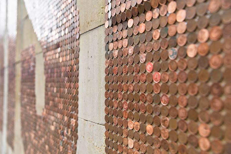 CRISIS – SpY installs a graffiti composed of 1000 euros in 2 cents coins