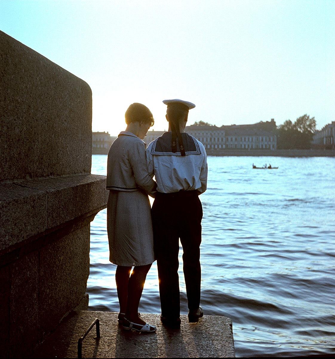 Пара на берегу Невы