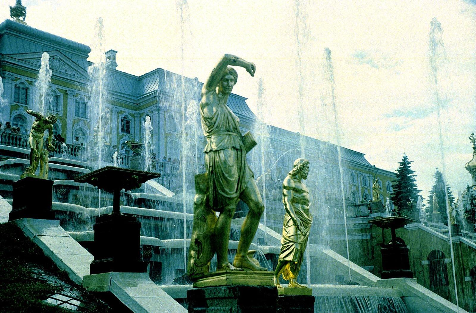 Позолоченные скульптуры и Большой каскад в Петергофе