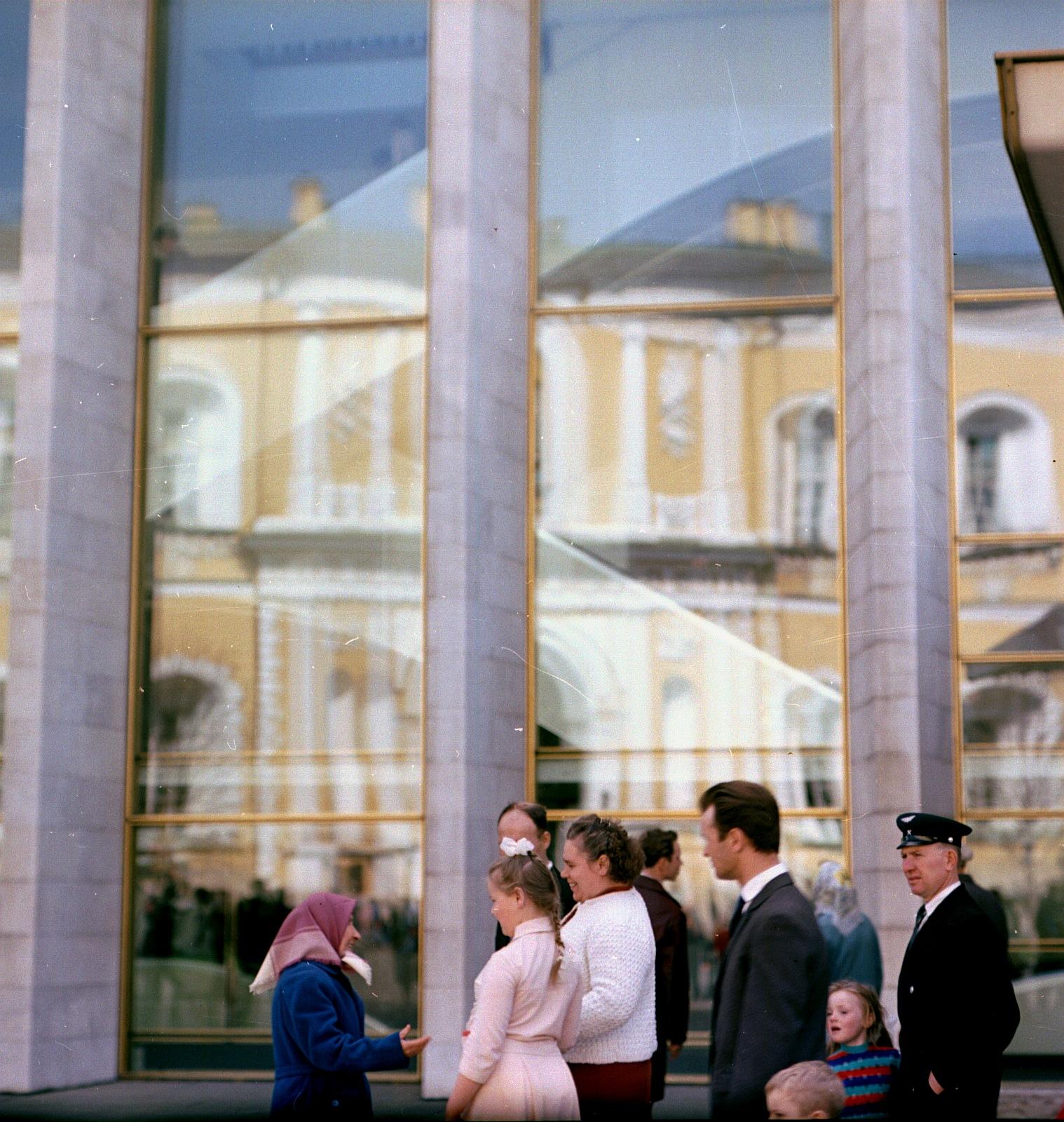 Люди возле Государственного Кремлевского дворца