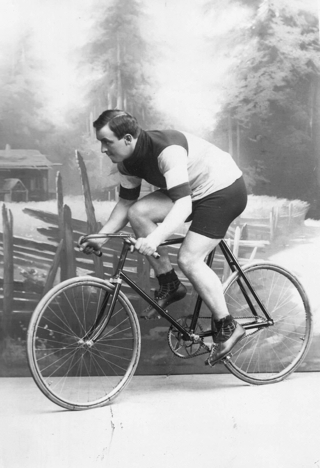 Жан Жаклен (Франция), участник велогонок, чемпион мира, на велосипеде. До 1915