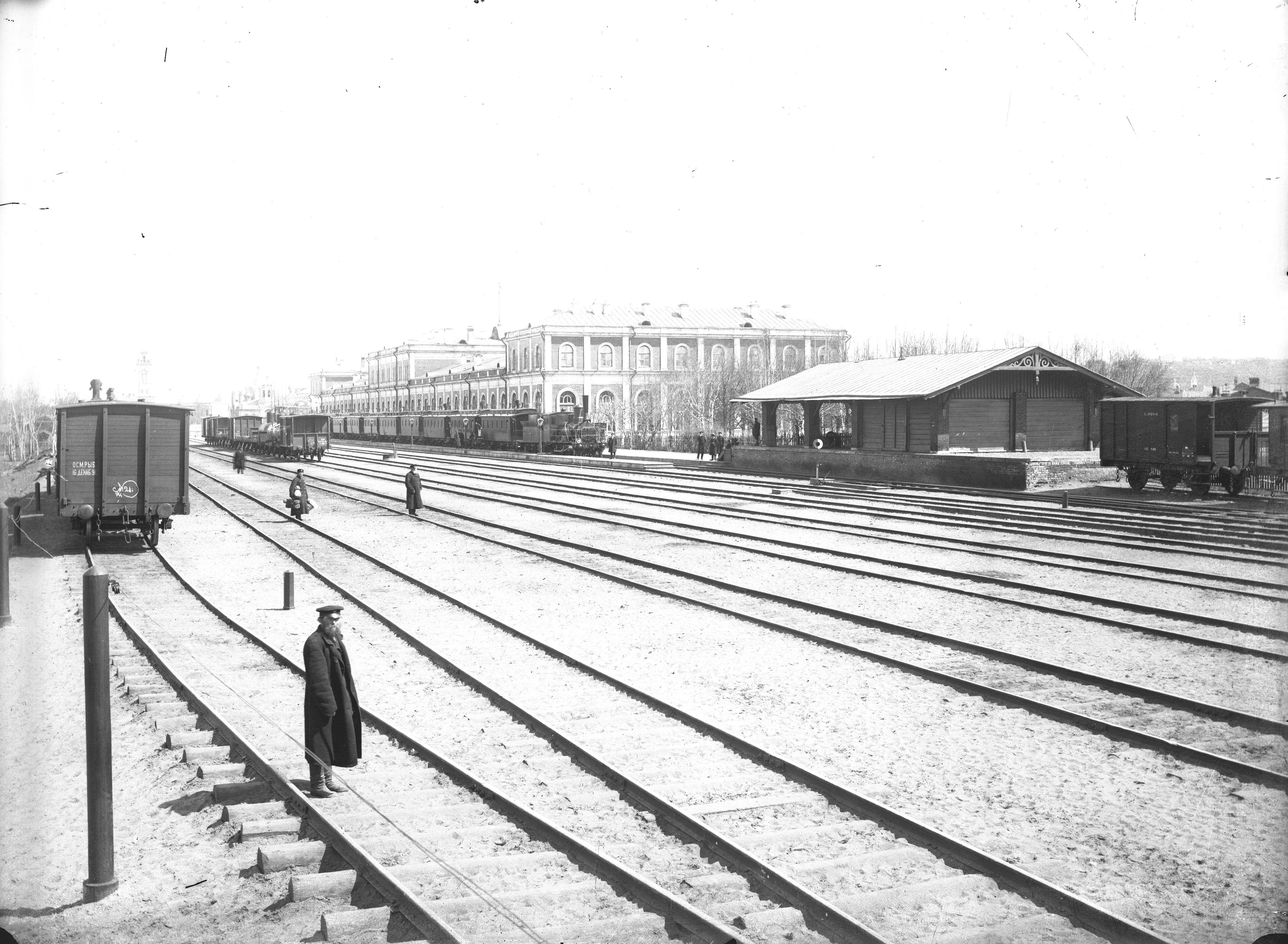 Общий вид здания и железнодорожных путей Московско-Курского Нижегородского вокзала. 1896