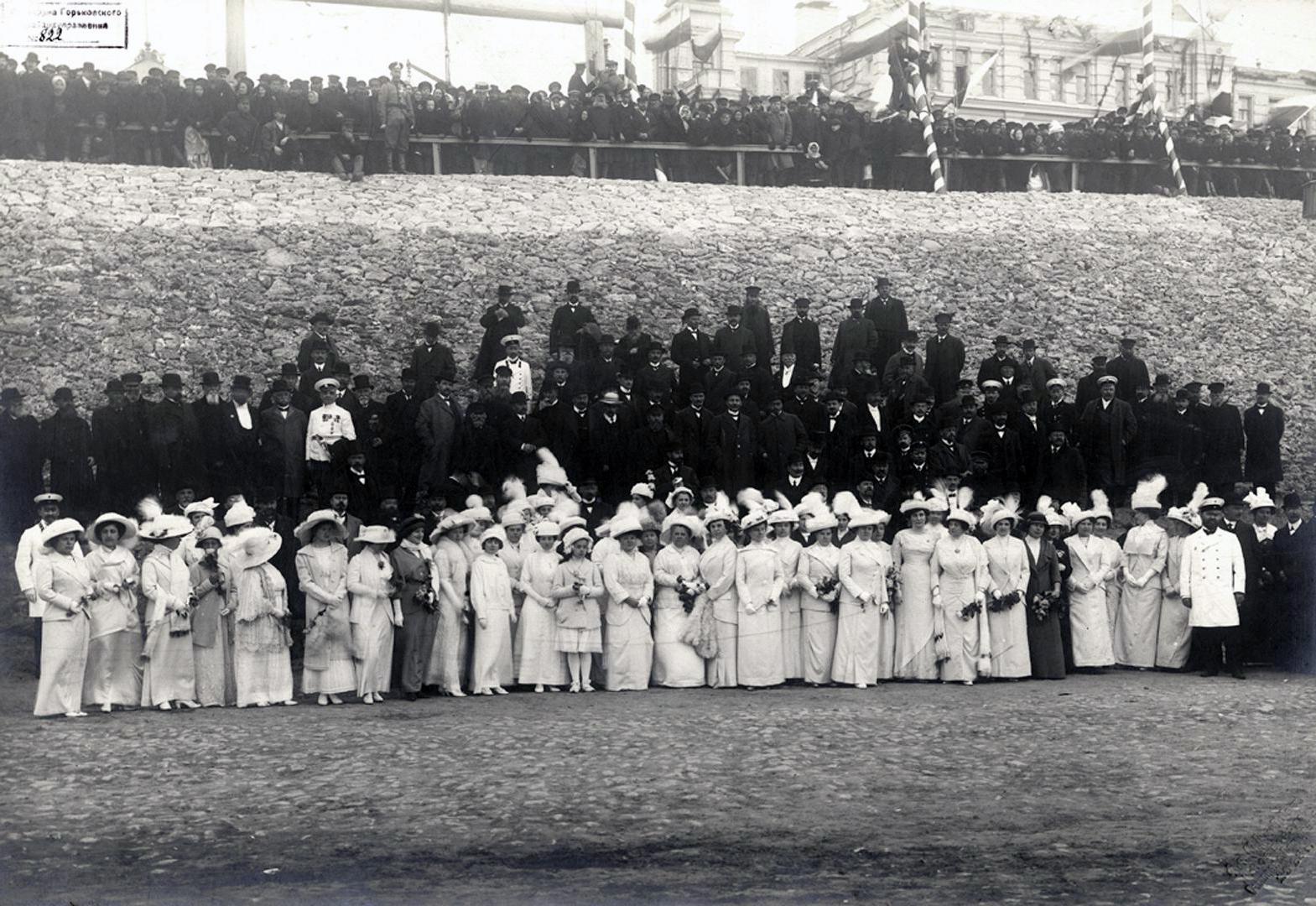 Группа дворянства и купечества при встрече Николая II. 1913