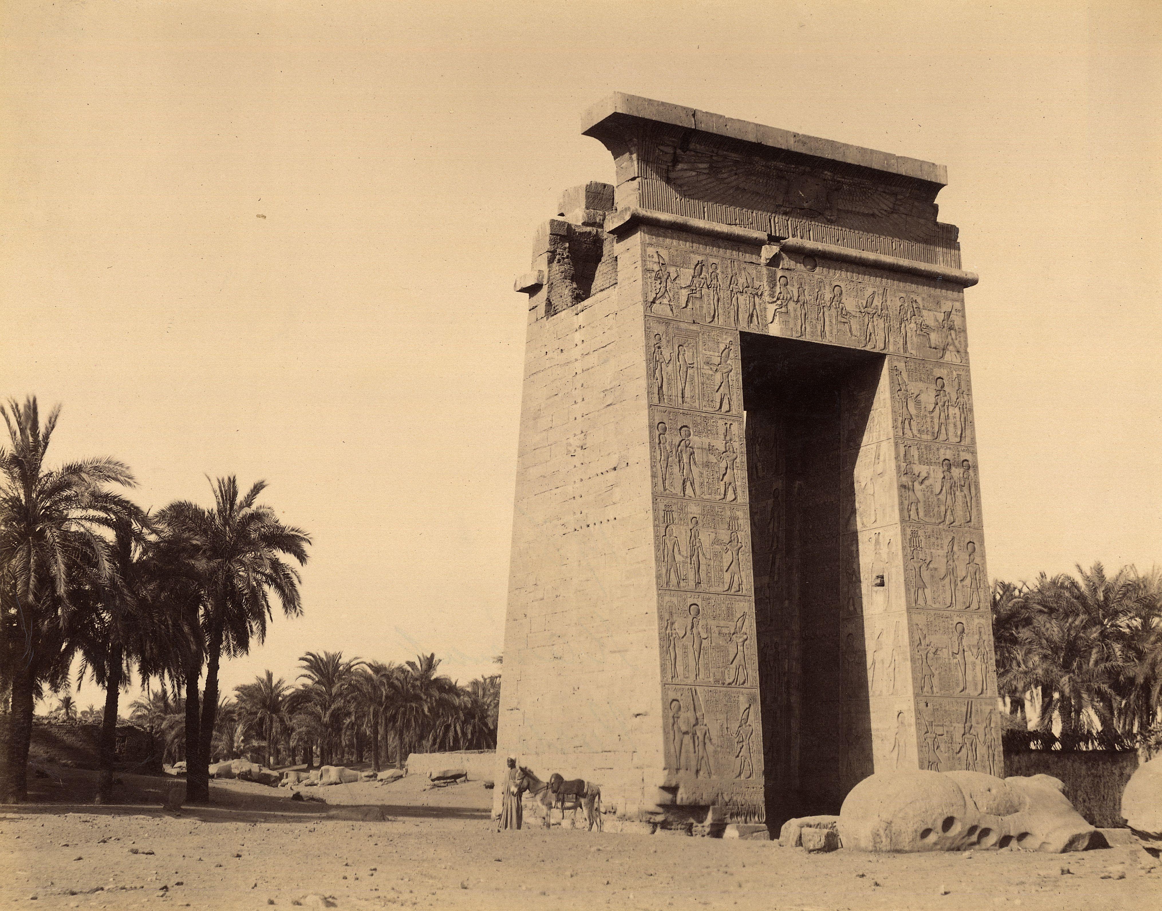 Карнак. Пропилон Птолемея III в районе храма Амона