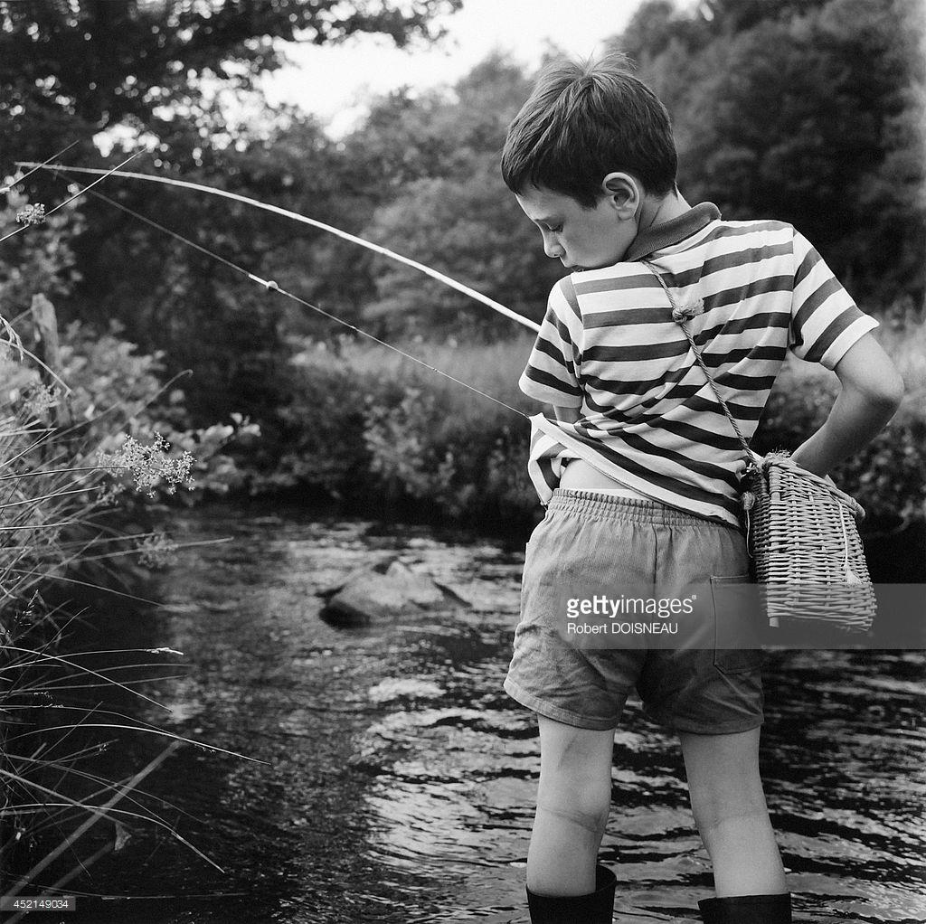 1964. Маленький мальчик, ловящий рыбу на берегах реки недалеко от Нувичи-д'Асселя в Коррезе