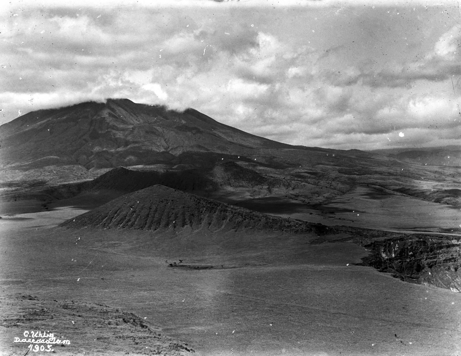 42. Панорама кратера. В левой  вулкан Керимаси, прямо вулкан Ол-Доиньо-Ленгаи
