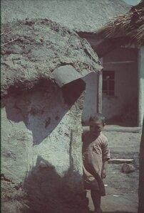Девочка с короткой стрижкой возле дома