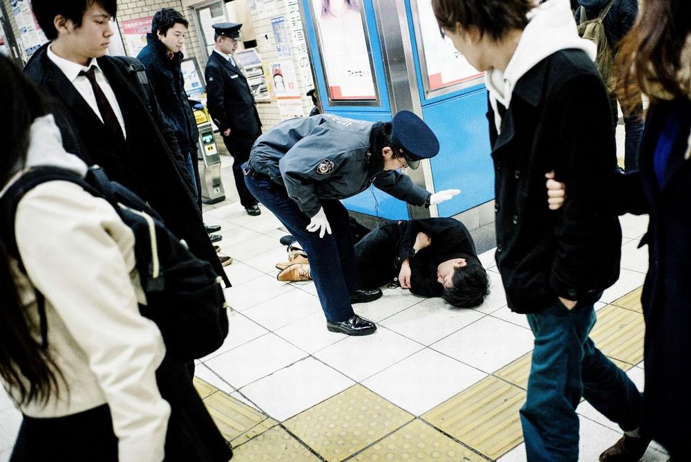 Пьяные японцы на городских улицах