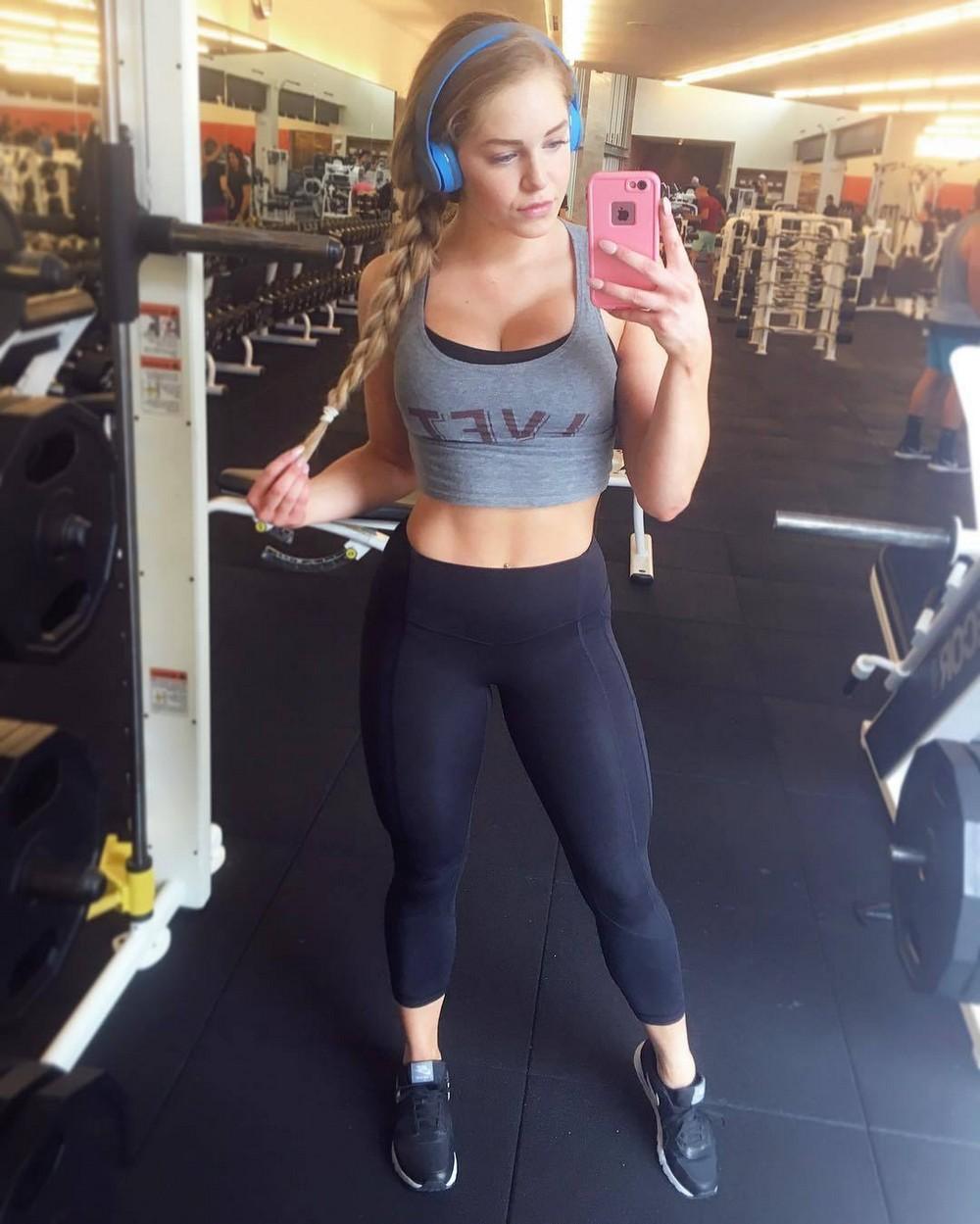 Девушки в спортивных бюстгальтерах