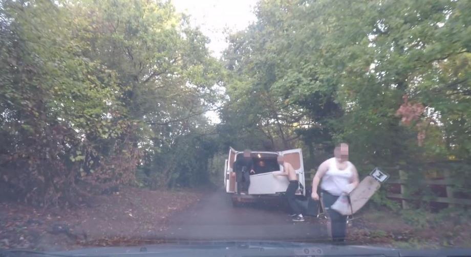 Женщина поймала с поличным мужчин, выбрасывающих холодильник